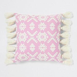 Groot roze kussen met geometrisch borduursel