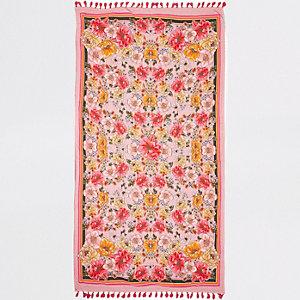 Roze handdoek met bloemenprint en kwastje