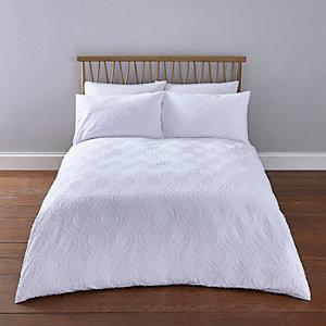 Weiße, strukturierte Bettwäsche mit Geomuster für Doppelbett
