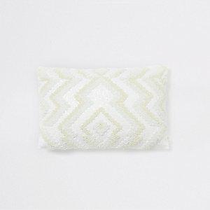 Wit kussen met zigzagmotief en kralenborduursel